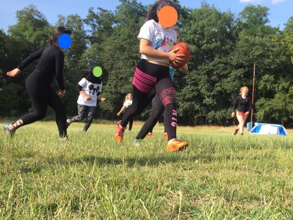 [Foto von Mädchen die Rugby spielen]